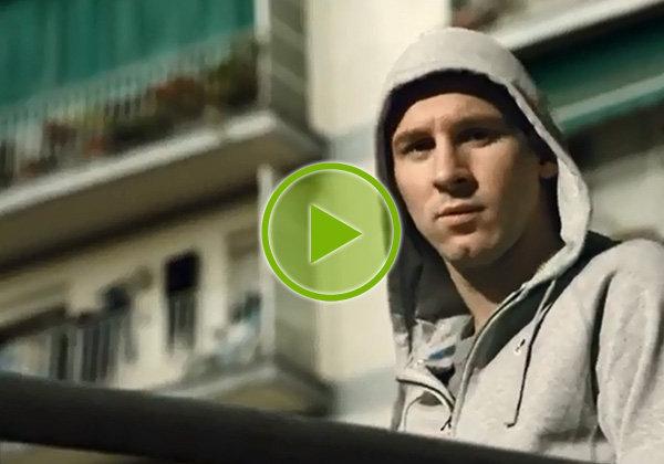 Lionel Messi face aux enfants